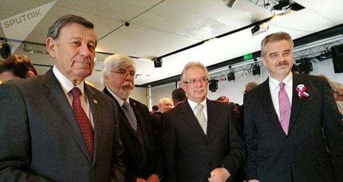 El canciller de Uruguay, Rodolfo Nin Novoa; el ministro del Interior de Uruguay, Eduardo Bonomi; el ministro de Defensa de Uruguay, Jorge Menéndez; y el embajador de Rusia en Uruguay, Nikolay Sofinskiy, en la recepción por el Día de Rusia en Montevideo.