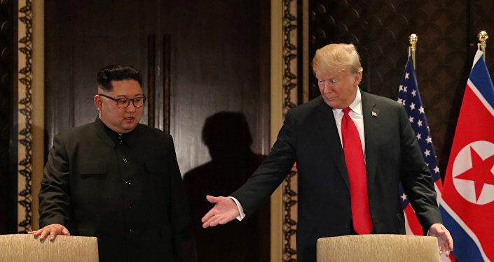 El presidente de EEUU, Donald Trump, y el líder de Corea del Norte, Kim Jong-un, antes de la ceremonía de la firma del acuerdo final de la cumbre bilateral en Singapur el 12 de junio