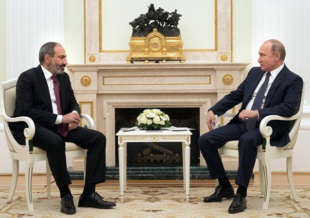 Nikol Pashinián, primer ministro de Armenia, y Vladímir Putin, presidente ruso