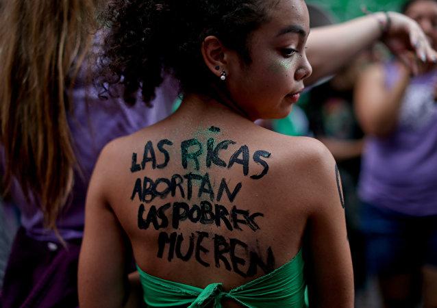 Manifestante a favor del aborto legal en Argentina