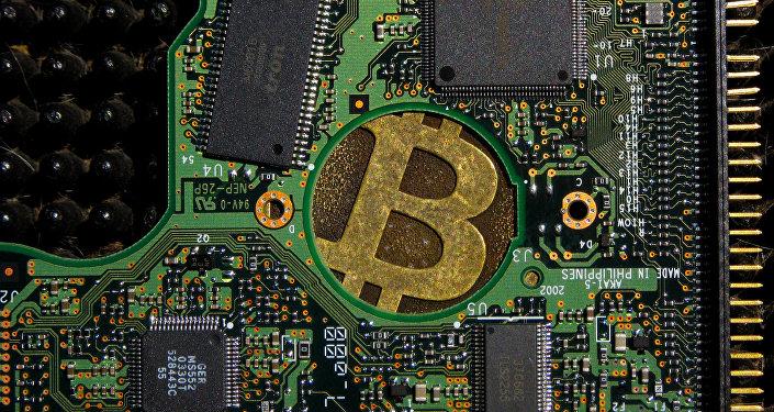 Un signo de bitcoin en una placa de computadora