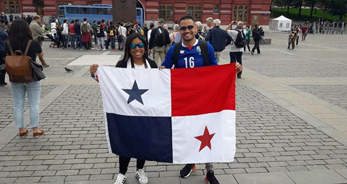 El hincha panameño Huss y su esposa