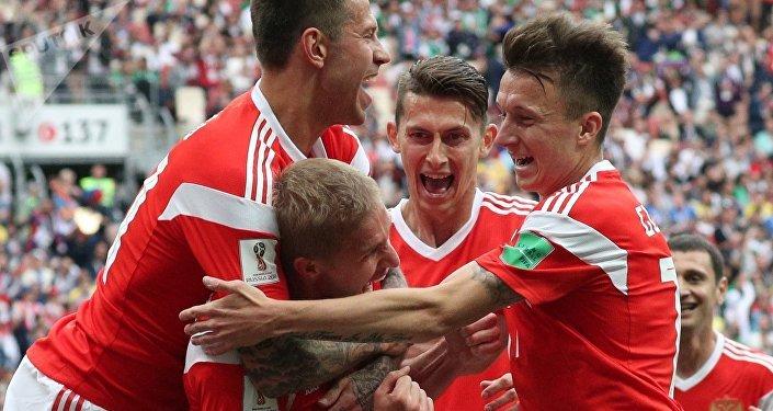 La selección rusa de fútbol celebra la victoria sobre el equipo de Arabia Saudí en el Mundial de Rusia 2018, 14 de junio de 2018