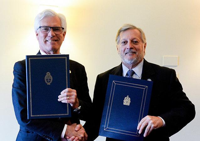 Ministros de energía de Argentina y Canadá durante la firma de acuerdos bilaterales en Bariloche