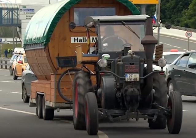 Desde Alemania al Mundial: un hincha llega a Moscú en un tractor de 1936