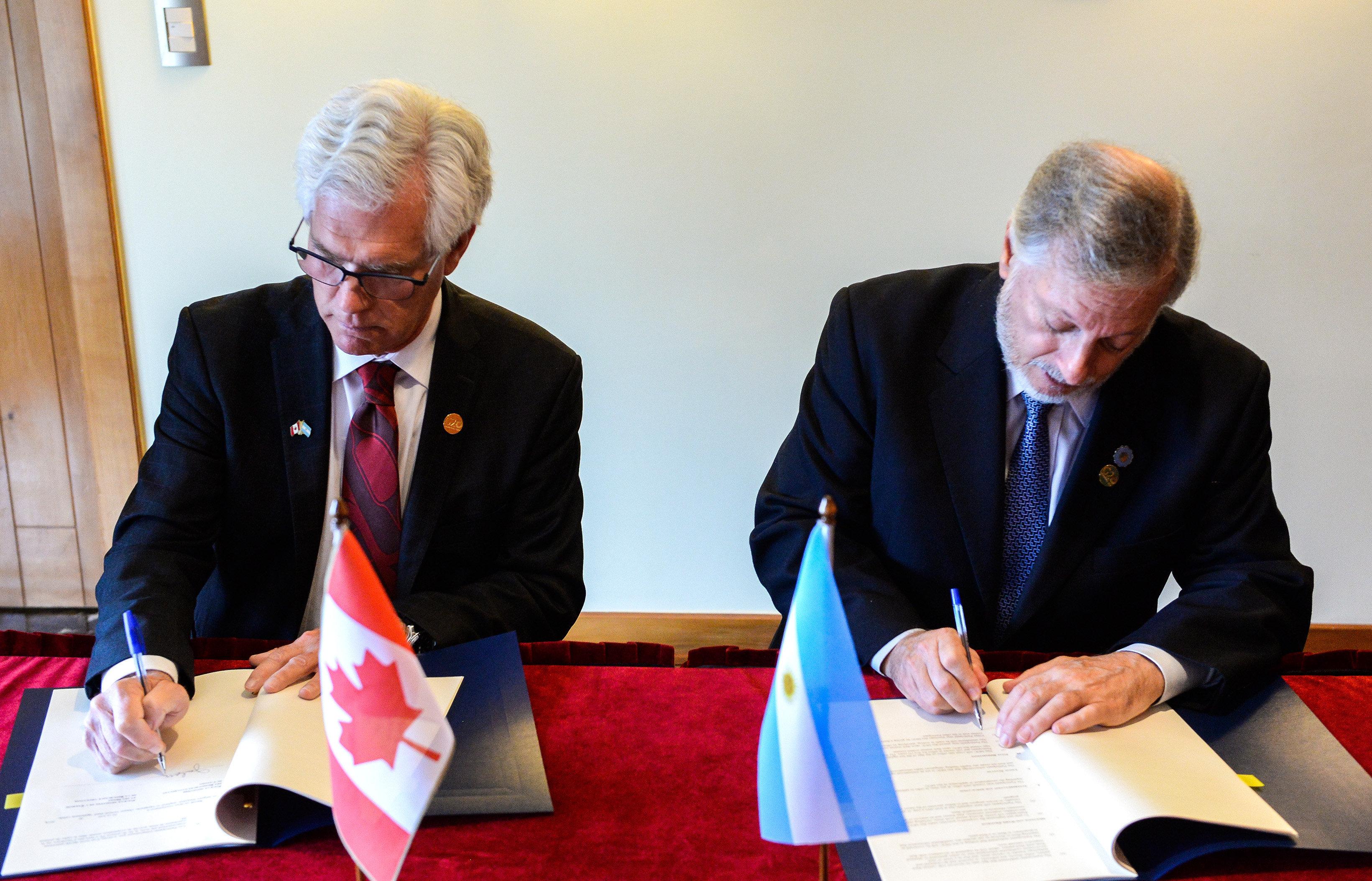 El ministro argentino de Energía y Minería, Juan José Aranguren, y su par canadiense James Gordon Carr, ministro de Recursos Naturales, firman acuerdos 14 de junio de 2018