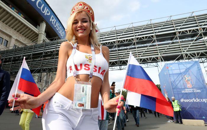 Болельщица сборной России перед матчем группового этапа чемпионата мира по футболу между сборными России и Саудовской Аравии