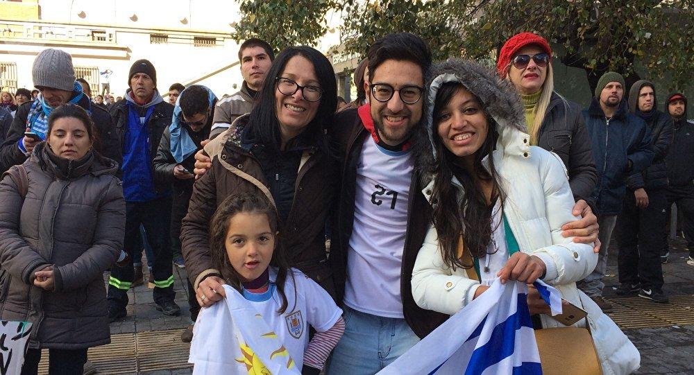 Familia uruguaya disfruta de la trasmisión del Partido en la Intendencia de Montevideo
