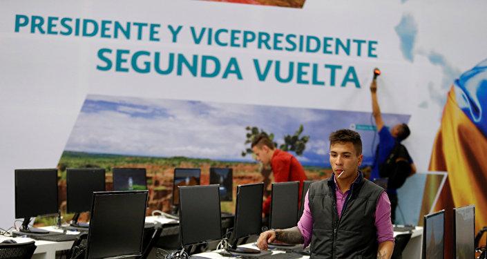 Trabajadores electorales en Bogotá, en un centro de cómputos de la segunda vuelta de las elecciones presidenciales de Colombia.