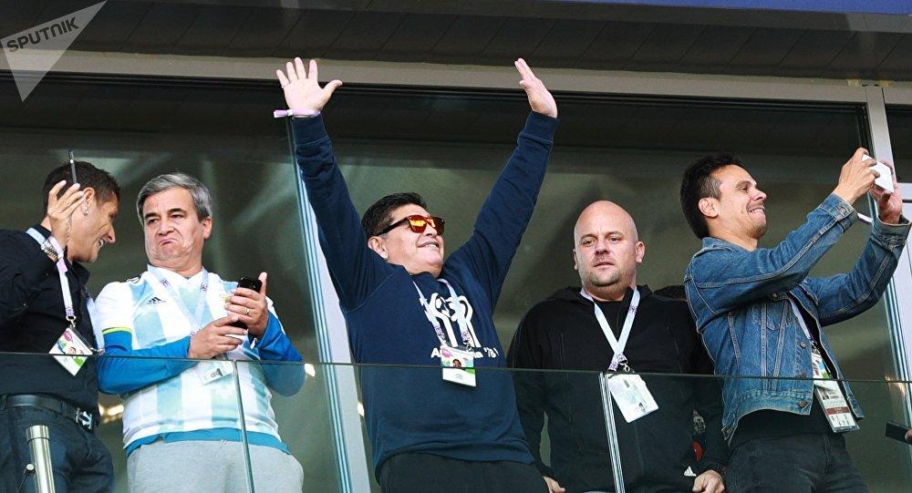 Ovación para Maradona en el debut de la Selección