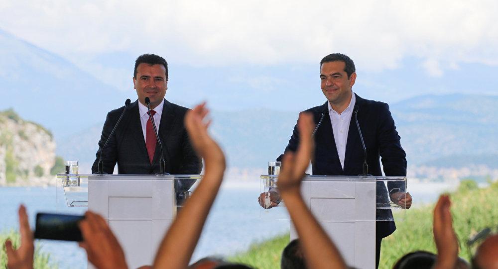 El primer ministro de Macedonia, Zoran Zaev, con su par griego, Alexis Tsipras