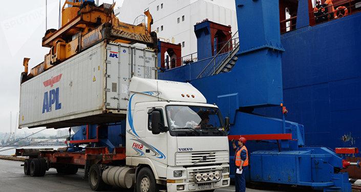 Un buque con contenedores industriales, imagen referencial
