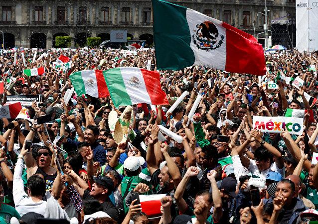 Mexicanos celebran el triunfo del equipo nacional