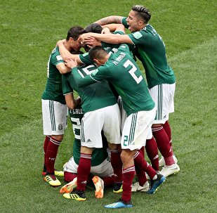Futbolistas celebran un gol antes Alemania en su partido de estreno del Mundial de Rusia