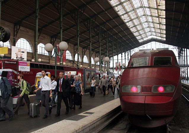 Los pasajeros salen de tren en Francia (archivo)