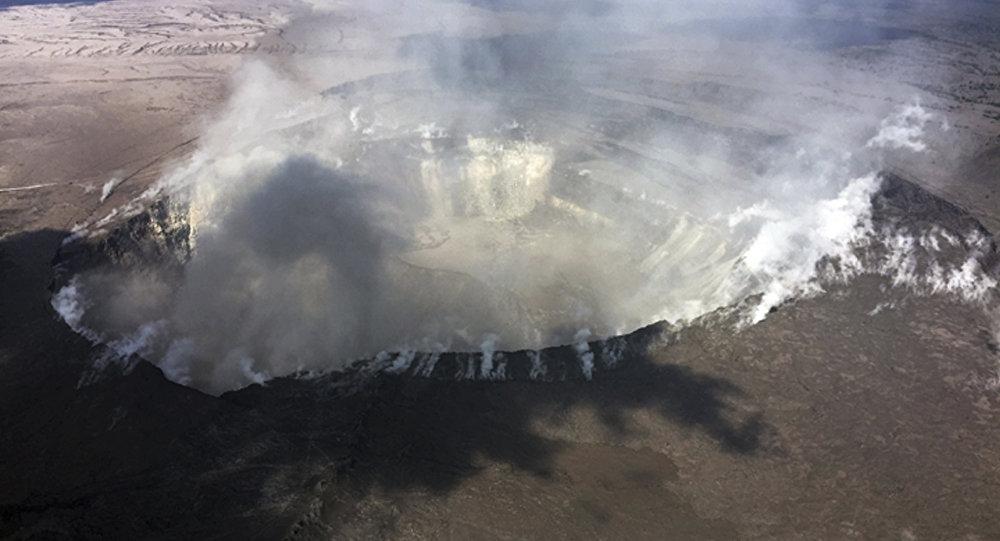 Gases salen del cráter Halemaumau  del volcán Kilauea, en Hawái