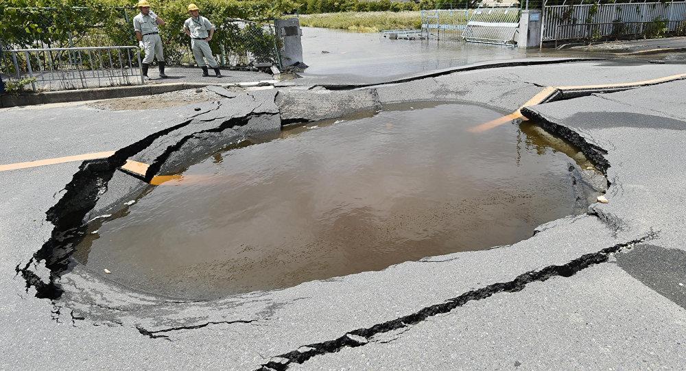 Una carretera afectada por el terremoto del 18 de junio en Japón