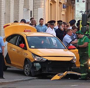 El lugar del incidente cuando un taxi atropelló a una multitud en el centro de Moscú