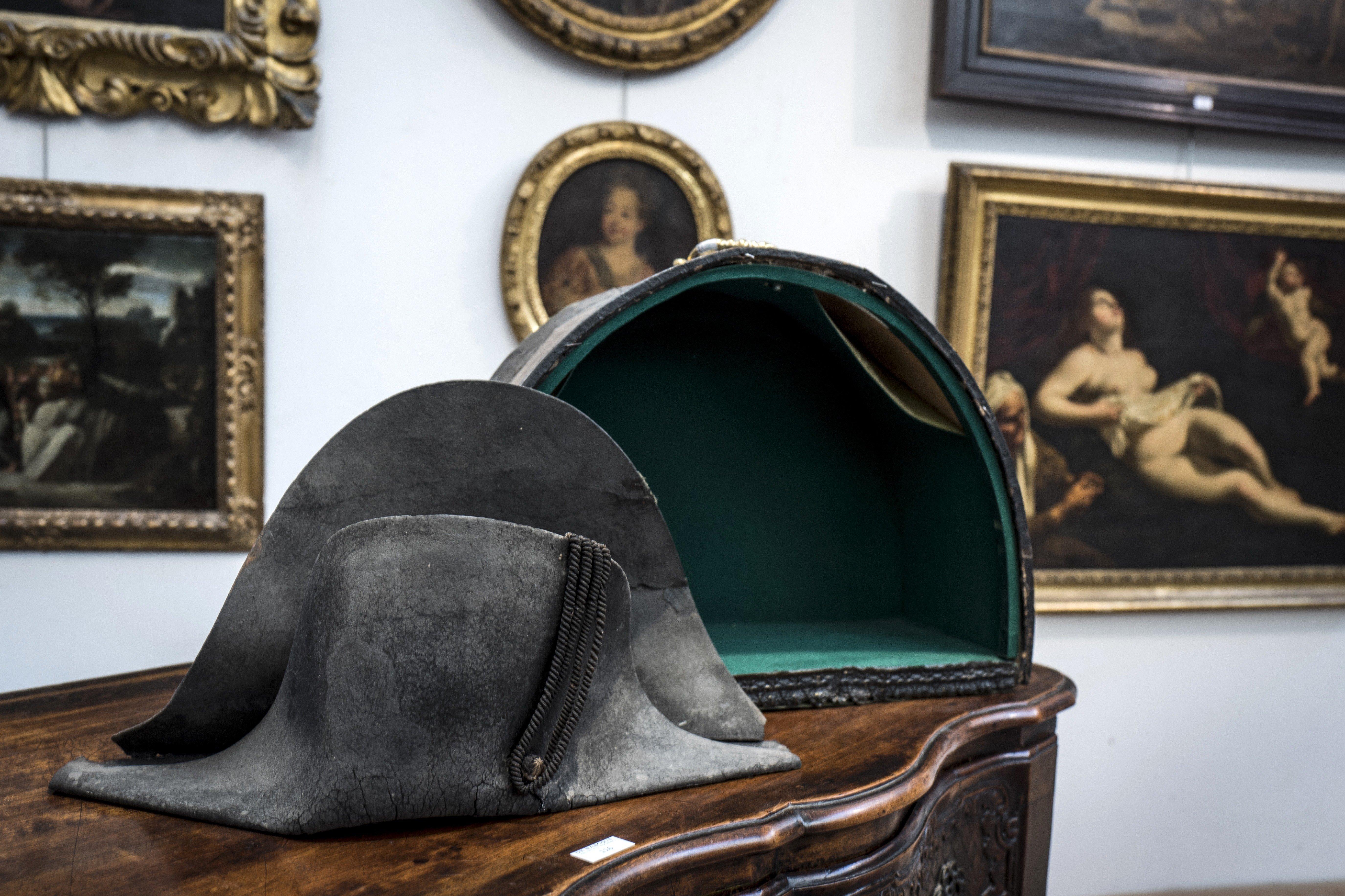 Subastado por 350.000 euros el sombrero de Napoleón Bonaparte ... 2283b1d6b587