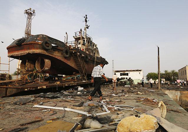 El puerto yemení de Al Hudaida tras un ataque aéreo