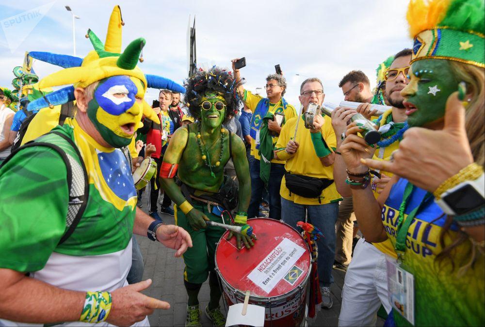 Dinosaurios, llamas y Superman: así se visten los fans durante el Mundial de fútbol