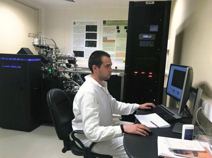 Un científico de la universidad Nacional de Investigaciones Nucleares de Rusia (MEPhI) analiza el estado estructural del cuerpo del reactor nuclear VVER-440