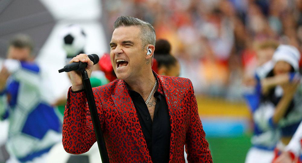 Robbie Williams canta durante la inauguración del Mundial de Rusia en el estadio Luzhnikí de Moscú