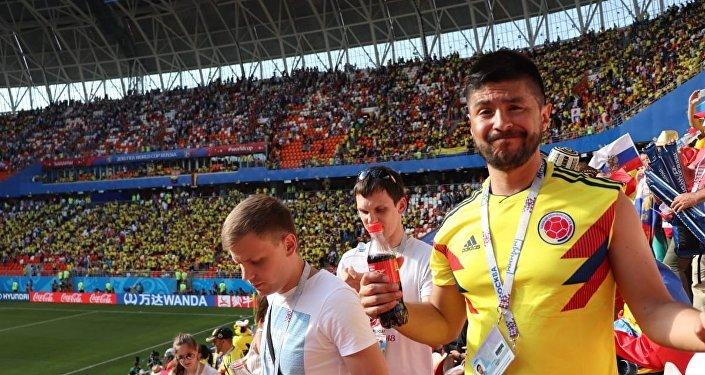 Hincha colombiano lamenta derrota frente a Japón