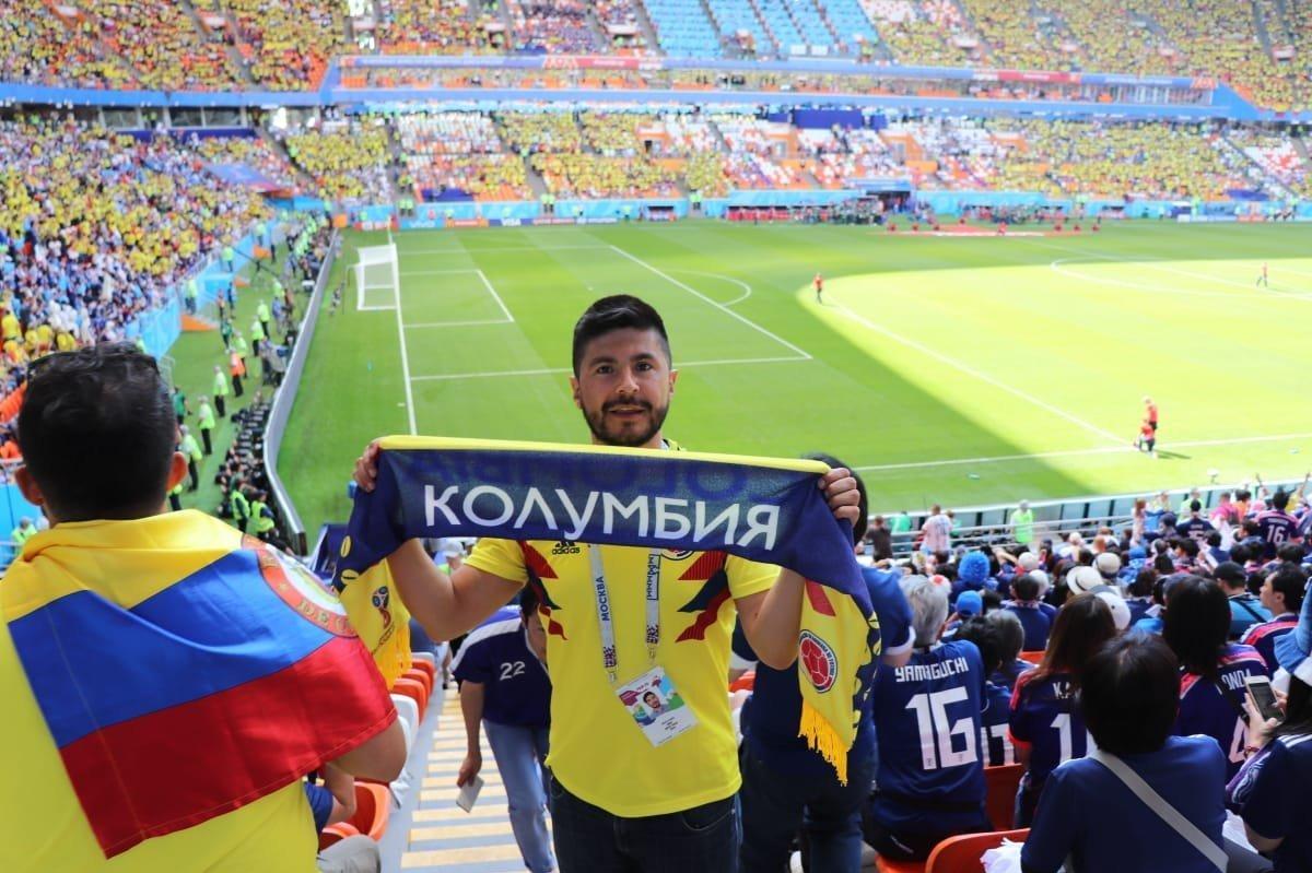 Didier Urrego alza el nombre de Colombia escrito en ruso durante el partido contra Japón