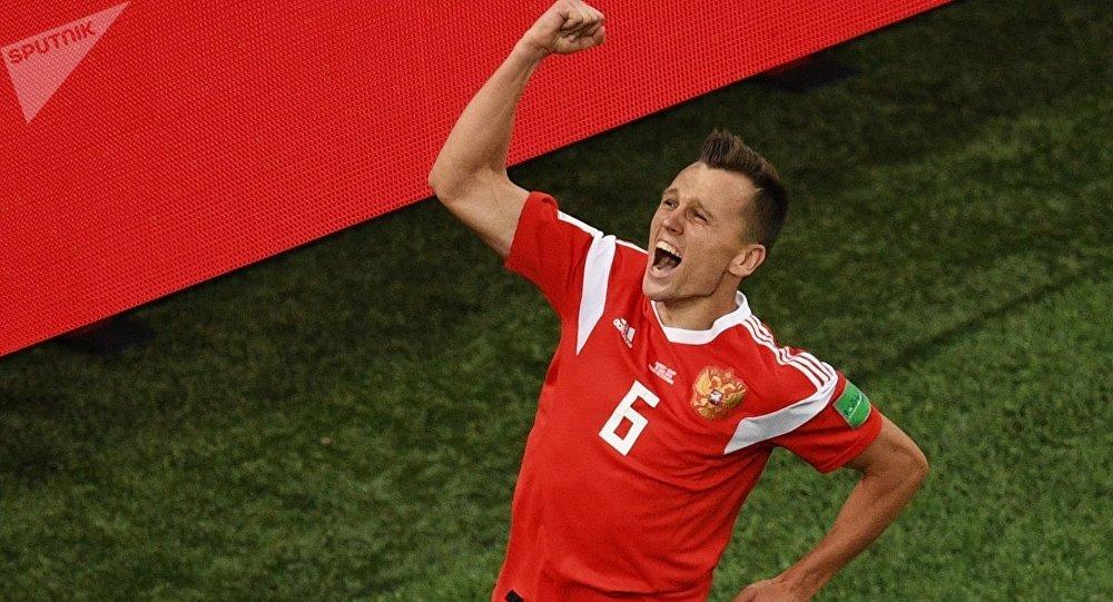 El futbolista ruso Denís Chérishev celebra su gol marcado contra Egipto