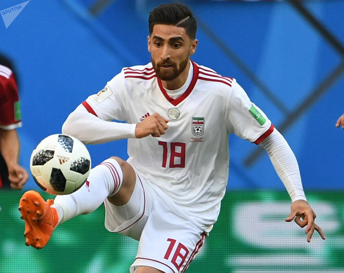 Alireza Jahanbakhsh, jugador de Irán, conduce un balón