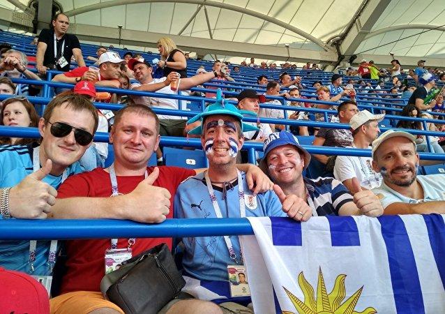 Hinchas uruguayos en el partido entre Uruguay y Arabia Saudí