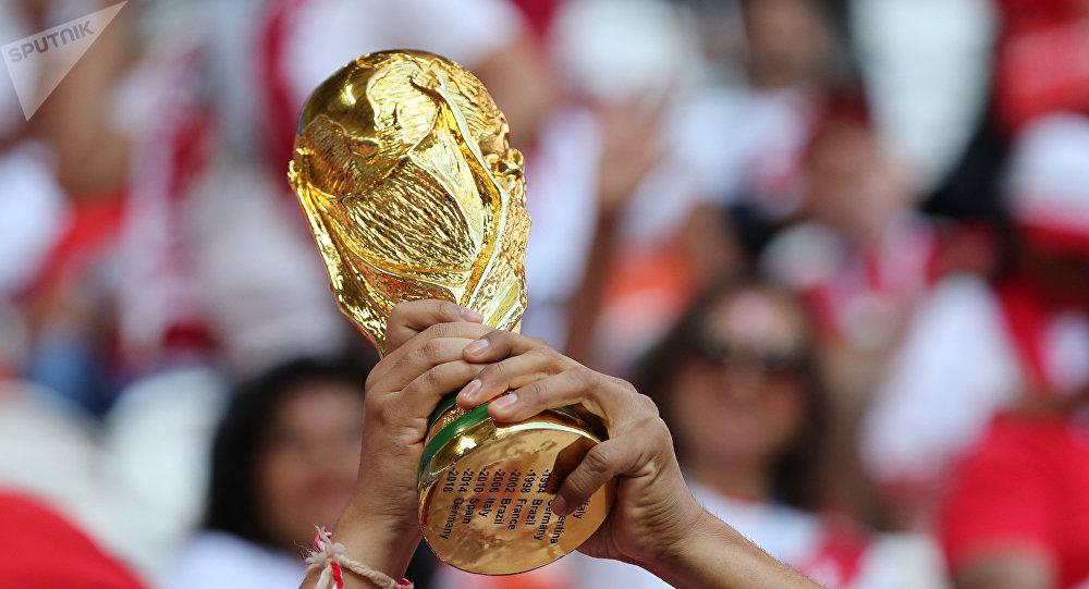 Una réplica del trofeo de la Copa del Mundo