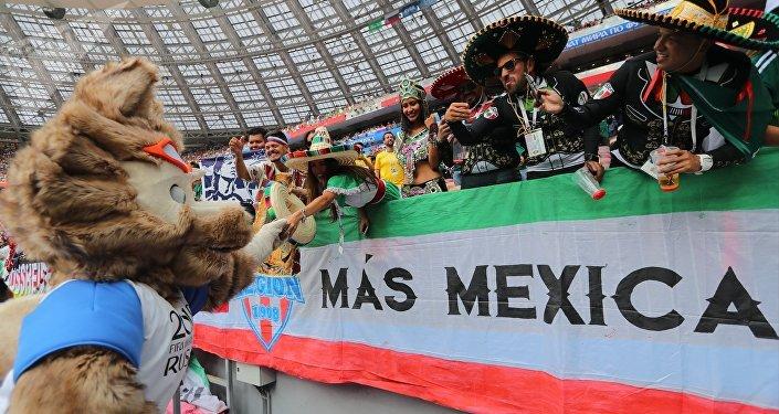 Hinchas de México con Zabivaka en el Mundial de Rusia 2018