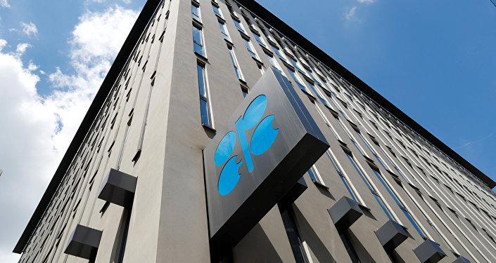 Logo de OPEP en la sede de la organización en Viena
