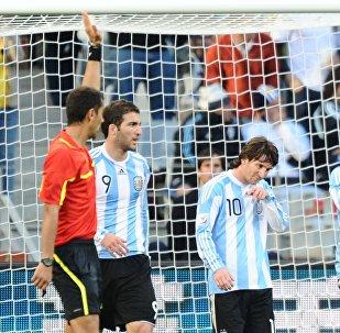Ravshan Irmatov, árbitro uzbeko, durante el partido entre Argentina y Alemania en el Mundial del 2010 (archivo)