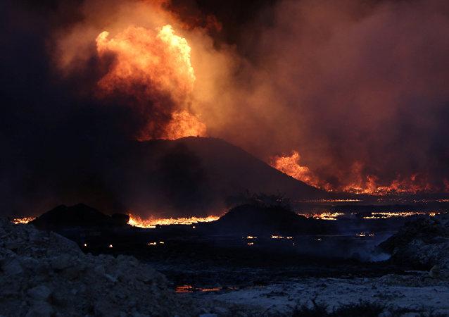 Pozos de petróleo incendiados por los militantes terroristas en Qayyara