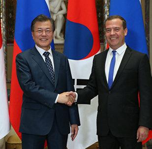 El presidente surcoreano, Moon Jae-in, y el primer ministro ruso, Dmitri Medvédev