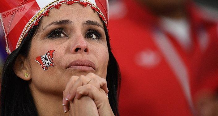 Una hincha peruana tras el partido contra Francia