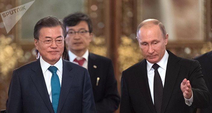 El presidente de Rusia, Vladímir Putin y el presidente surcoreano, Moon Jae-in en Moscú