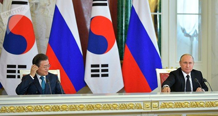 El presidente surcoreano, Moon Jae-in, y el presidente de Rusia, Vladímir Putin, en Moscú