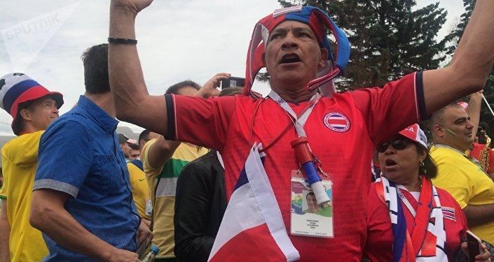 Antes del partido, ver a un costarricense dándolo todo bailando ante el estadio era completamente normal