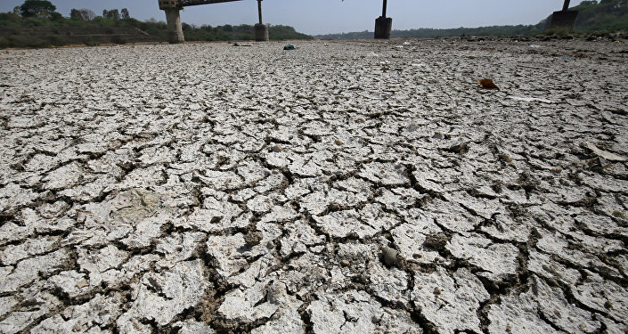 Bomba de agua en la cuenca seca del río Sabarmati, en la India (archivo)
