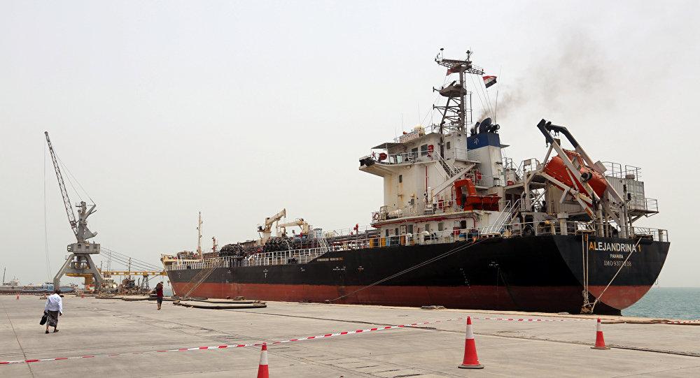 Un barco en el puerto yemení Al Hudaida