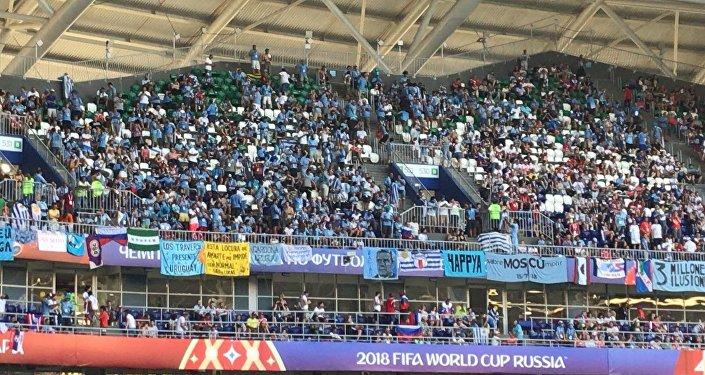 Hinchada uruguaya en el estadio de Samara, Rusia.
