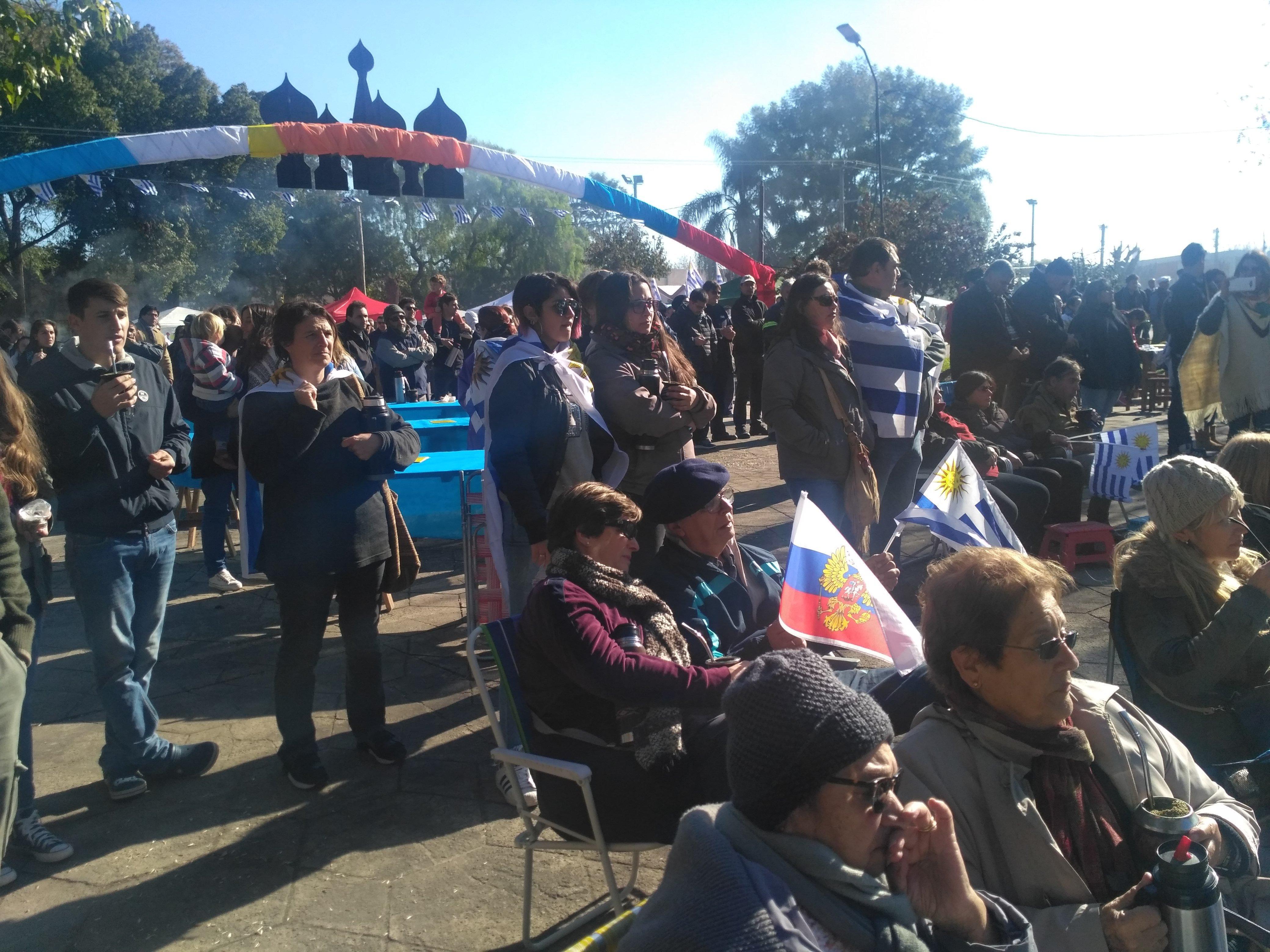 Victor Uruguay Mello con banderas de Rusia y Uruguay
