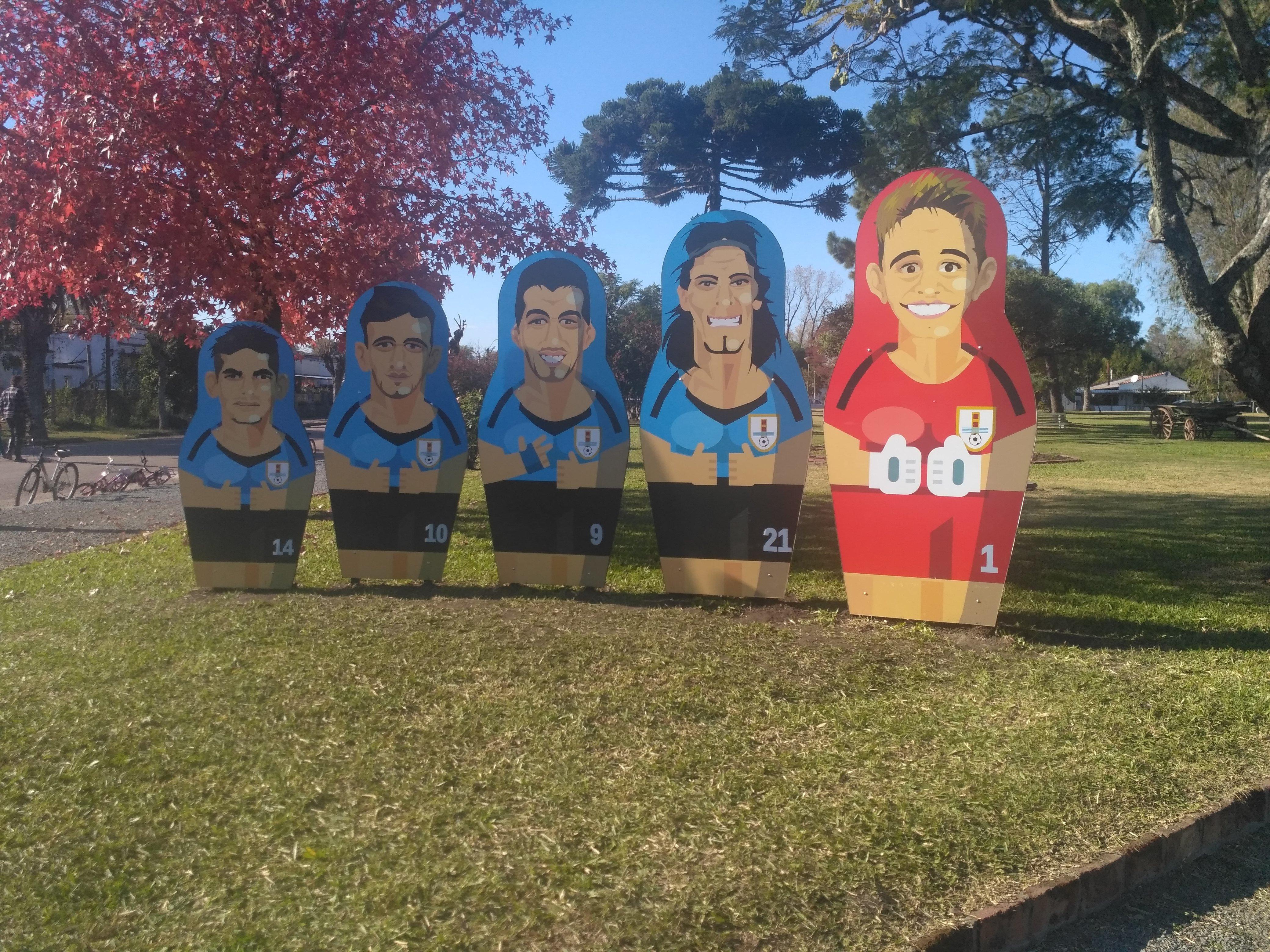 Gigantografías de cinco jugadores de la selección uruguaya junto a las tradicionales matrioshkas de la plaza Libertad de la localidad uruguaya de San Javier.