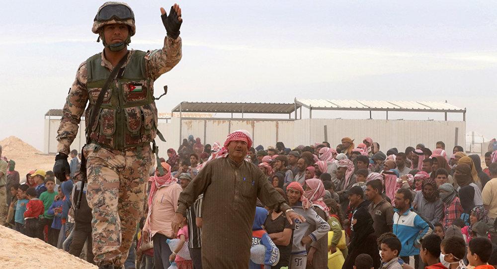 Un soldado jordano protege a los refugiados sirios (archivo)