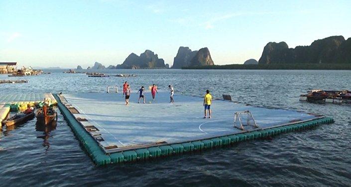 Fútbol sobre el agua: la pasión por el deporte rey supera todos los obstáculos