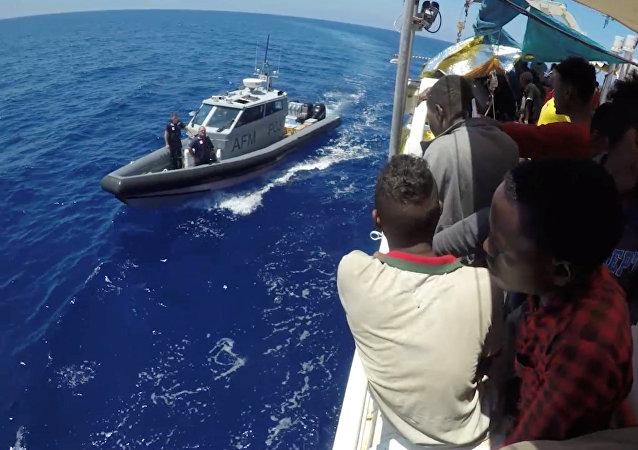 Migrantes en el buque de la ONG Lifeline